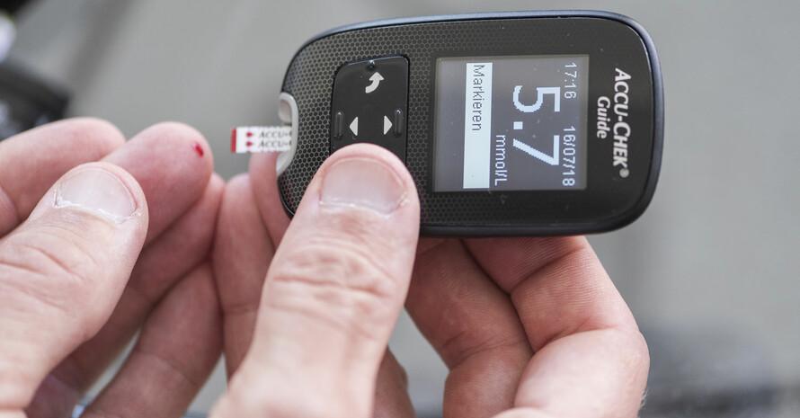 Ein an Diabetes Erkrankter misst seinen Blutzuckerspiegel. Foto: picture-alliance