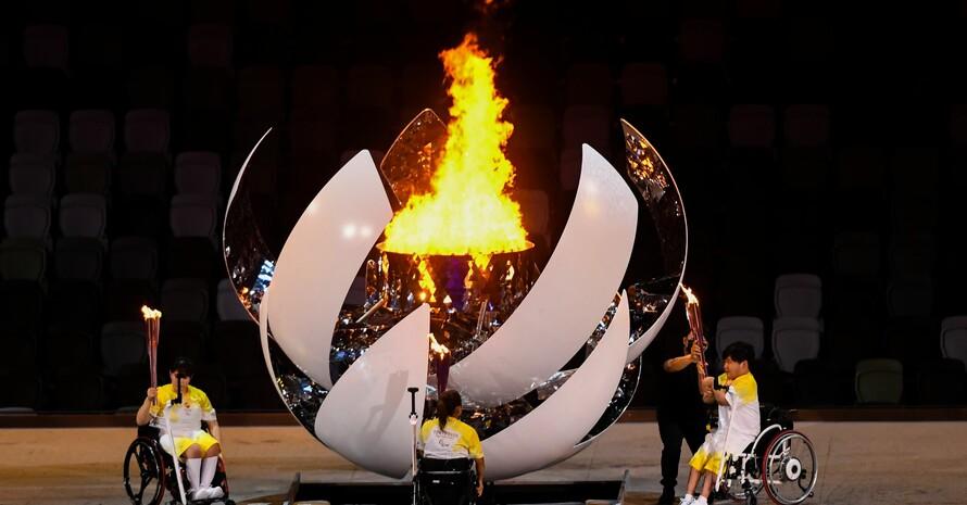 Rollstuhlfahrer*innen entzünden die paralympische Flamme. Die Spiele sind eröffnet. Foto: picture-alliance