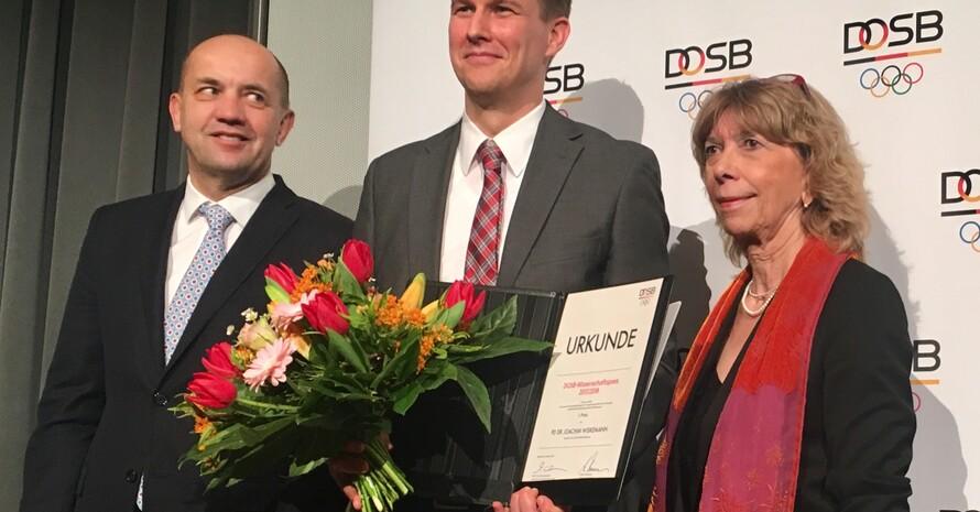 DOSB-Wissenchaftspreisträger 2017/2018: Joachim Wiskemann (Mitte) mit Prof. Gudrun Doll-Tepper und Prof. Achim Conzelmann