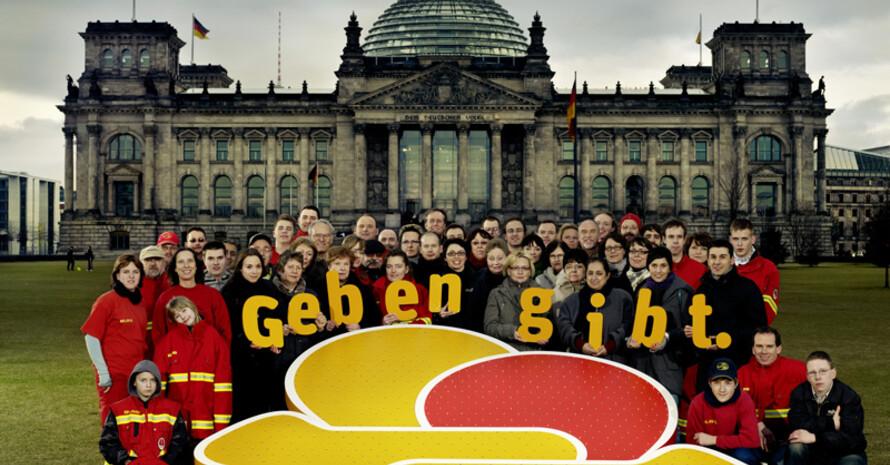 """Ab sofort können wieder Initiativen, Unternehmen oder Personen für den Deutschen Engagementpreis nominiert werden. Foto: """"Geben gibt."""""""