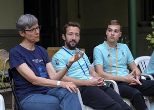 Sylvia Schenk diskutiert mit Teilnehmenden des dsj academy camps über das Thema Menschenrechte. Foto: Jan Weckelmann