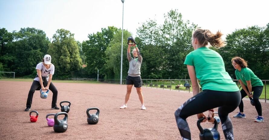 Outdoor-Training mit schweren Gewichten; Foto: LSB NRW / Mark Hernenau
