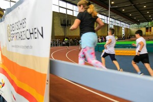 Kinder beim Ausdauerlauf zur Sportabzeichenprüfung in Ludwigshafen. In diesem Jahr fällt die Tour aus. Foto: Treudis Naß