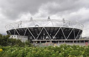 Das Londoner Olympiastadion wird noch vor den Olympischen Spielen 2012 verkleidet. Foto: picture-alliance