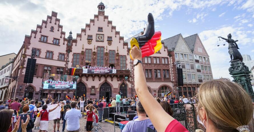 Die Athlet*innen des Team Deutschland winken vom Balkon des Frankfurter Römers ihren Fans zu. Foto: Team D/picture-alliance