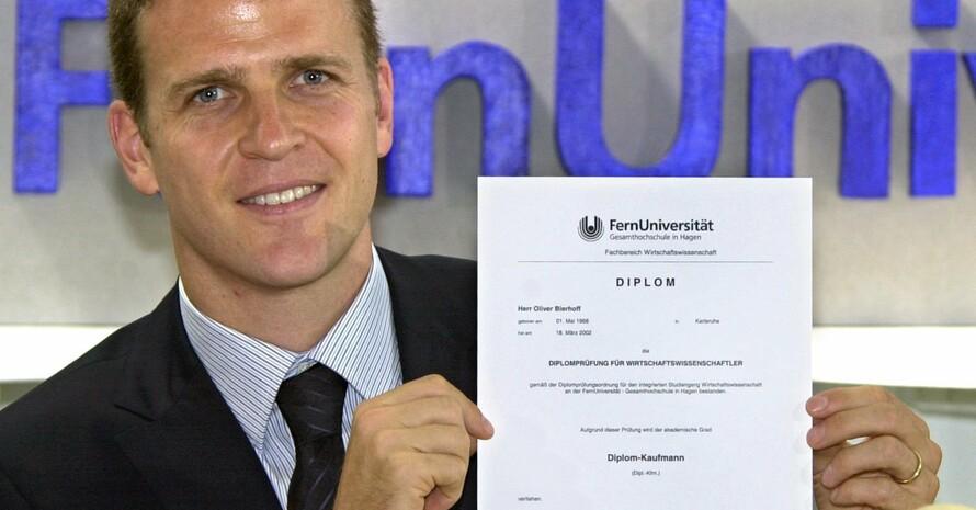 Nicht jedem gelingt problemlos, was Oliver Bierhoff mit seinem Fernstudium-Diplom geschafft hat: der Übergang von der Sport- in die Berufskarriere. Copyright Picture-Alliance