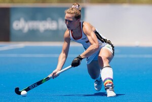 Nike Lorenz wird im olympischen Hockey-Turnier die Regenbogenfarben-Binde am Stutzen als Symbol für sexuelle Diversität tragen. Foto: worldsportpics.com