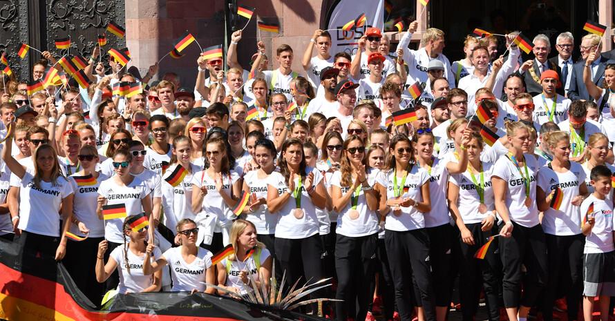 Athlet*innen des Team Deutschland 2016 nach ihrer Rückkehr aus Rio bei der Willkommensfeier in Frankfurt. Foto: picture-alliance