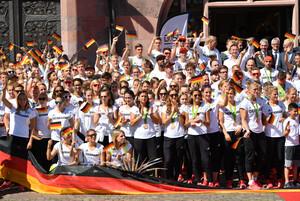 Deutsche Athleten*innen bei der Willkommensfeier in Frankfurt nach den Olympischen Spielen in Rio 2016. Foto: picture-alliance