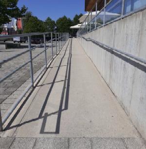 Eine lange Rampe mit niederiger Steigung und Geländer