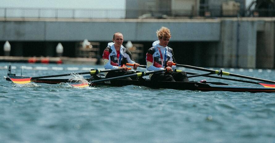 Jason Osborne (vorne) und Jonathan Rommelmann können es direkt nach dem Rennen noch nicht richtig fassen, die Silbermedaille gewonnen zu haben. Foto: TeamD/Philipp Reinhard