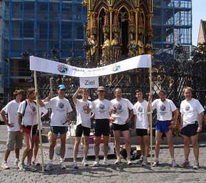 Die Teilnehmer des Laufs im Ziel.