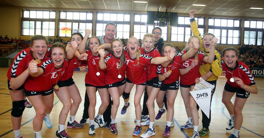 Strahlende Sieger: Die Handballerinnen des Hermann-Vöchtling-Gymnasiums Blomberg. Foto: ©JTFO/Sampics