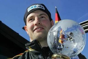 Fahnenträger André Lange mit dem Sieger-Pokal für den Gewinn des Gesamt-Weltcups im Zweierbob in Winterberg am 9.Februar 2010. Copyright: picture-alliance