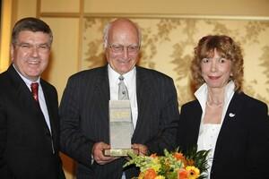 Hans Lenk (m.) freut sich über die Auszeichnung mit dem DOSB-Ethikpreis 2010. Es gratulieren Thomas Bach und DOSB-Vizepräsidentin Gudrun Doll-Tepper. Foto: Jochen Schneider