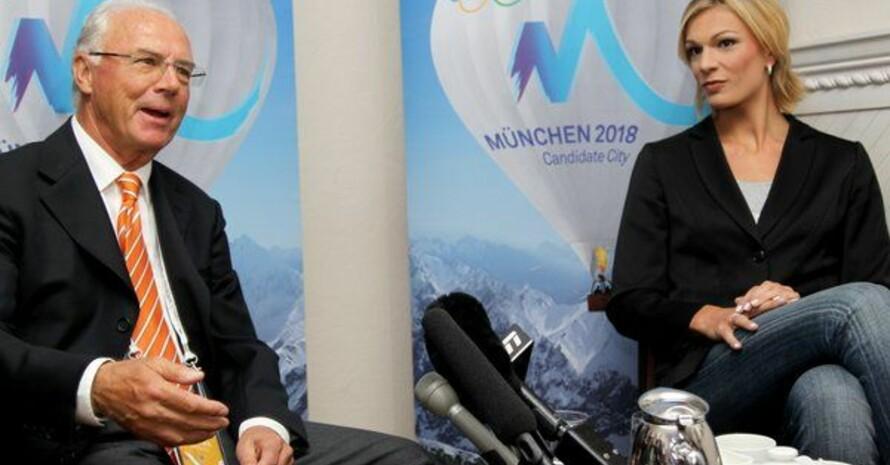 Franz Beckenbauer und die Skirennfahrerin und Botschafterin von München 2018, Maria Höfl-Riesch, am Dienstag (05.07.2011) bei einer Pressekonferenz für internationale Medien in Durban. Foto: picture-alliance
