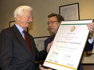 Richard von Weizsäcker erhielt 2003 vom DSB-Präsidenten Manfred von Richthofen zu seiner zehnten bestandenen Sportabzeichenprüfung eine besondere Urkunde. Copyright: picture-alliance/dpa
