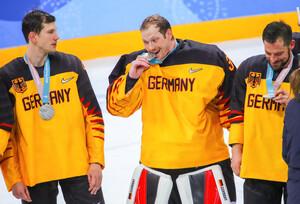 Dieses Silbermedaille schmeckt nach Gold: Danny aus den Birken, zum besten Torhüter des Turniers gewählt, genießt den olympischen Erfolg (Fotos: Picture Alliance)