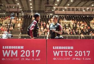 Petrissa Solja bespricht sich mit  Bundestrainerin Jie Schöpp bei den Weltmeisterschaften 2017 in Düsseldorf. Foto: picture-alliance