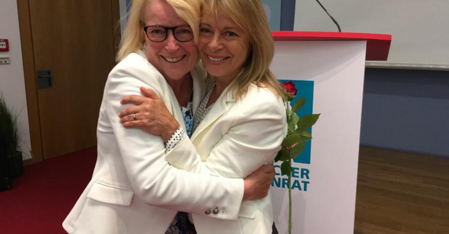 DOSB-Vizepräsidentin Frauen und Gleichstellung Petra Tzschoppe (r.) gratuliert Mona Küppers zur Wahl.