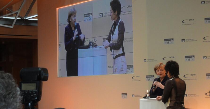 """Bundeskanzlerin Angela Merkel (l.) mit Moderatorin Dunja Hayali bei der Verleihung des """"Großen Sterns des Sports"""" in Gold. Foto: DOSB"""