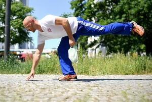 Sportwissenschaftler Julian Grzybowski demonstriert, wie Plogging für Fortgeschrittene aussieht. Foto: picture-alliance