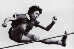 Hochspringerin Gretel Bergmann auf ihrem Leistungshöhepunkt: Im Juni 1936 stellt sie bei den Württembergischen Meisterschaften den deutschen Rekord von 1,60 Meter ein. Foto: Museum zur Geschichte von Christen und Juden in Laupheim