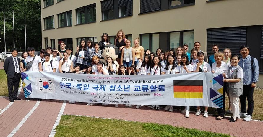 Die koreanischen und deutschen Jugendlichen freuten sich über das Wiedersehen beim DOSB in Frankfurt. Foto: DOA