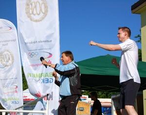 Der ehemalige Zehnkämpfer Frank Busemann (r.) ist auch im Jubiläumsjahr wieder bei der Sportabzeichen-Tour dabei. Foto: DOSB