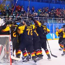 Grenzenloser Jubel nach dem entscheidenden Tor in der Verlängerung: Das deutsche Eishockey-Team steht im Halbfinale (Foto: Picture Alliance)