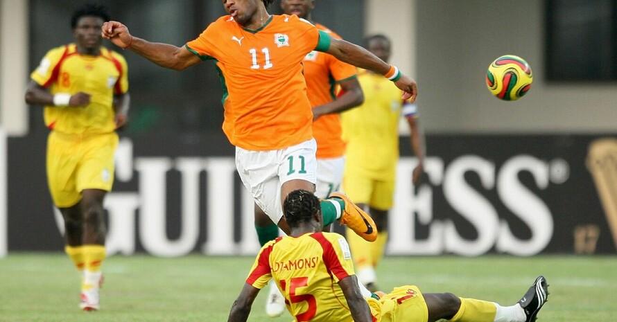 Die Spieler Benins (gelbes Trikot) attackieren in dieser Szene den Star der Elfenbeinküste, Didier Drogba. Copyright: picture-alliance