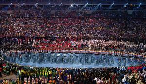 Athletinnen und Athleten der teilnehmenden Nationen bei den Olympischen Spielen 2016 in Rio de Janeiro versammeln sich bei der Eröffnungsfeier im Maracana-Stadion. Foto: picture-alliance
