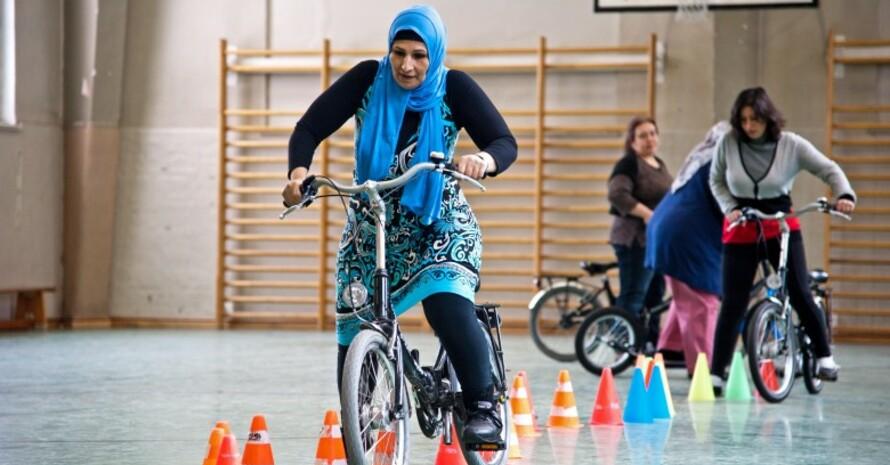 In den Fahrrad-Kursen wird mit Rollern das Gleichgewicht trainiert