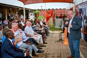 Ingo Weiß und Michael Vesper (1. Reihe mitte) begrüßen die BAS-Mitglieder und Jubiläumsgäste. Foto: Frank Albin