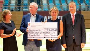 Einen Scheck über 10.000 Euro erhielt die Schulleiterin Iris Gerloff (2.v.r) zusammen mit OSP-Leiter Wilfried Lausch (2.v.l.) von Sportministerin Britta Ernst (l.) und dem Vorstandsvorsitzender der Mittelbrandenburgischen Sparkasse Andreas Schulz (r.). Foto: Sportschule Potsdam