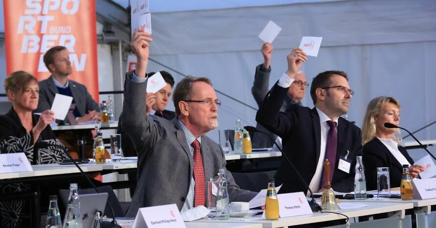 Thomas Härtel (li.) und Friedhard Teuffel stimmen bei der Mitgliederversammlung ab. Foto: LSB Berlin/Jürgen Engler