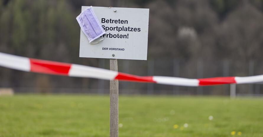 Ein Bild, das es 2022 hoffentlich nicht allzu oft zu sehen gibt: Gesperrte Sportanlagen. Foto: picture-alliance