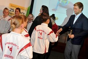 Olympiasieger Moritz Fürste gratuliert persönlich den Gewinnern. Foto: Frank May