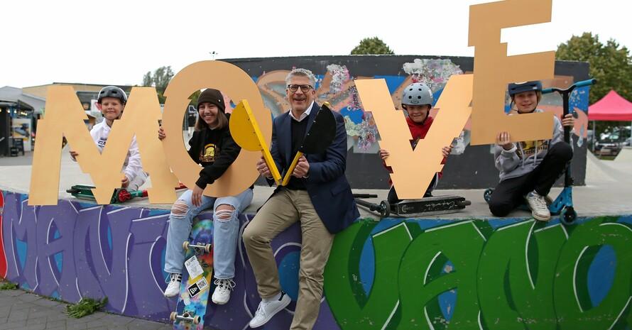 Auftakt der MOVE Kampagne mit Stefan Raid, 1. Vorsitzender der dsj und Kindern und Jugendlichen beim Aktionstag der TSG Bergedorf; Foto: Malte Christans/ Cathrin Müller