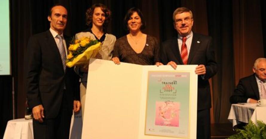 Die Ehrung der Trainerin des Jahres 2009 in Düsseldorf (v.li): DOSB-Vizepräsident Eberhard Gienger, Lena Schöneborn, Kim Raisner, DOSB-Präsident Thomas Bach. Foto: Bowinkelmann