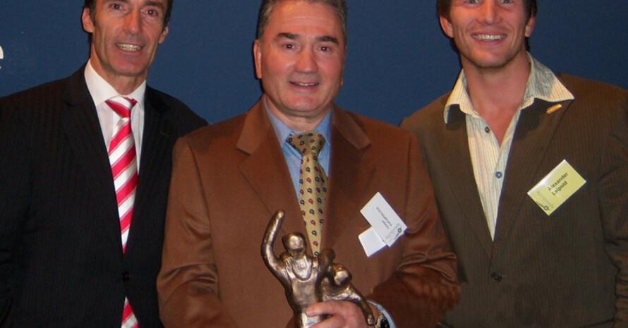 Erhielt bereits 2007 den Fair Play Preis des Bundesinnenministeriums: Georges Papaspyratos (m.) mit DOSB-Vizepräsident Eberhard Gienger (l.) und dem Botschafter der Schlaganfall Hilfe Alexander Leipold. Foto: DOSB-Archiv