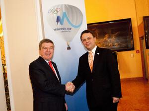 Thomas Bach (li.) und Bundesinnenminister Friedrich vor einem Plakat der Olympiabewerbung Münchens für 2018. Foto: München 2018/Hangen