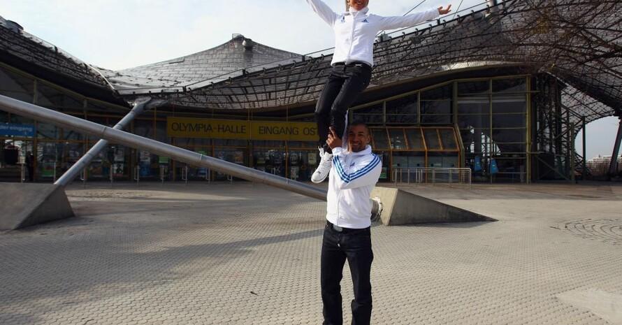 """Die neuen München 2018-Sportbotschafter Aljona Savchenko und Robin Szolkowy beim """"Trockentraining"""" für den Fotografen während des Besuchs der IOC-Evaluierungskomission im März 2011, Foto: Getty Images"""