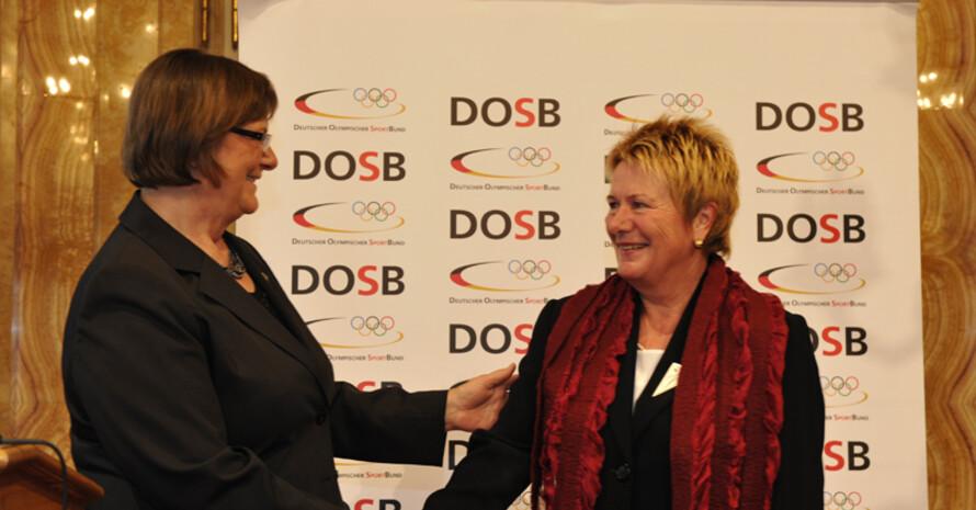 DOSB-Vizepräsidentin Ilse Ridder-Melchers gratuliert der Preisträgerin Heida Benecke. Foto: Imagepower/Michael Weber