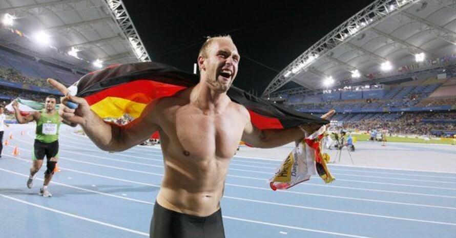 Robert Harting kurz nach seinem WM-Triumph im Stadion von Daegu. Foto: picture-alliance