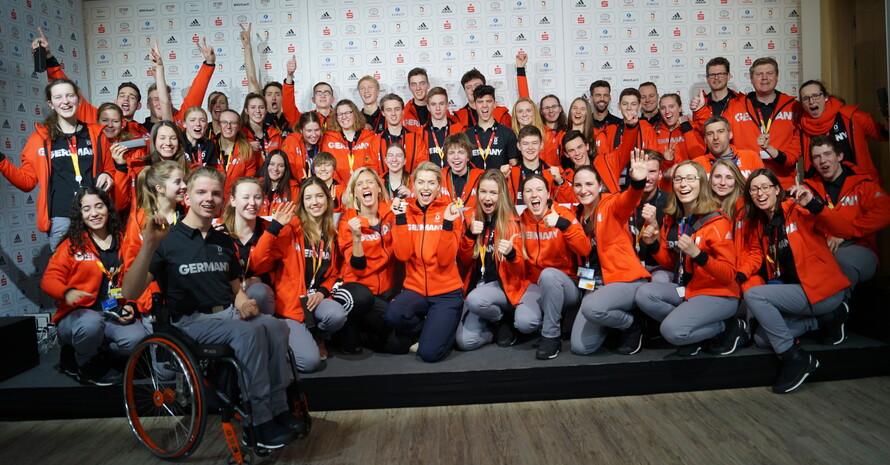 Olympiasiegerin Laura Ludwig und Adidas Markenbotschafterin Lena Gercke mit dem DOJL. Foto: DOA