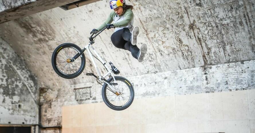 Dank der Zusatzlotterie Sieger-Chance kann sich BMX-Fahrerin Lara Lessmann optimal auf die Olympischen Spiele vorbereiten. Foto: Kira Eilenna