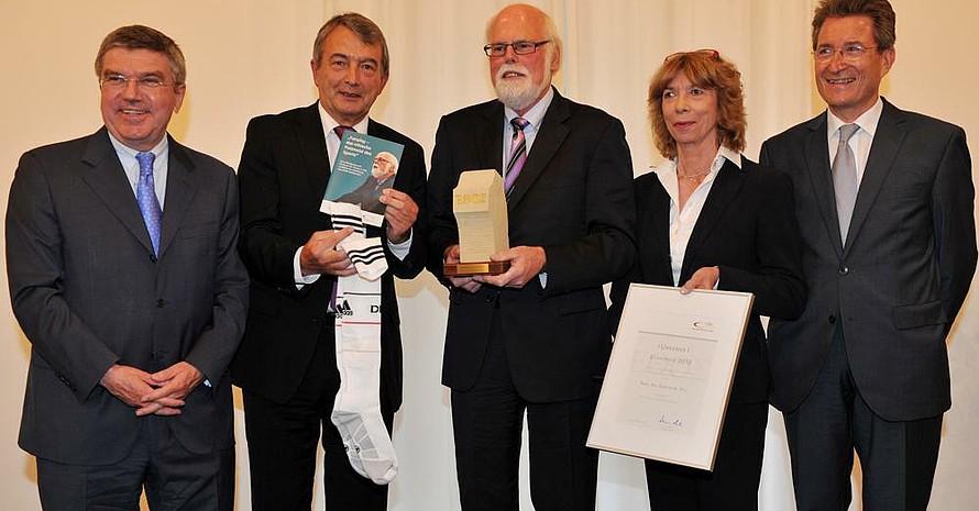 Den Preis überreichten DOSB-Präsident Thomas Bach, DFB-Präsident Wolfgang Niersbach, DOSB-Vizepräsidentin Gudrun Doll-Tepper und Laudator Wolfgang Huber (v.l.) an Gunter A. Pilz (Mitte). Foto: picture-alliance