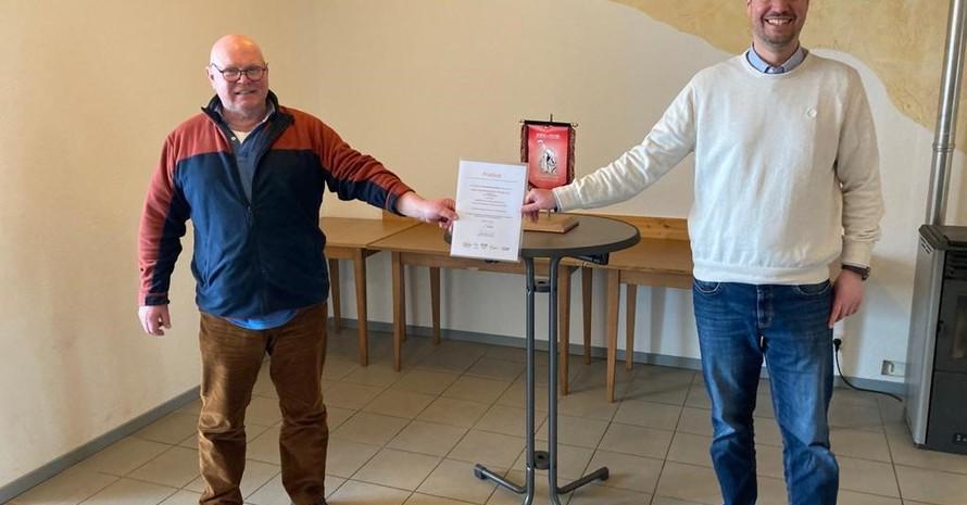 Bild (privat): (v.l.) Roland Stolz 1. Vorsitzender vom Judo Club und Benjamin Sutter vom Badischen Sportbund Freiburg bei der Urkundenverleihung