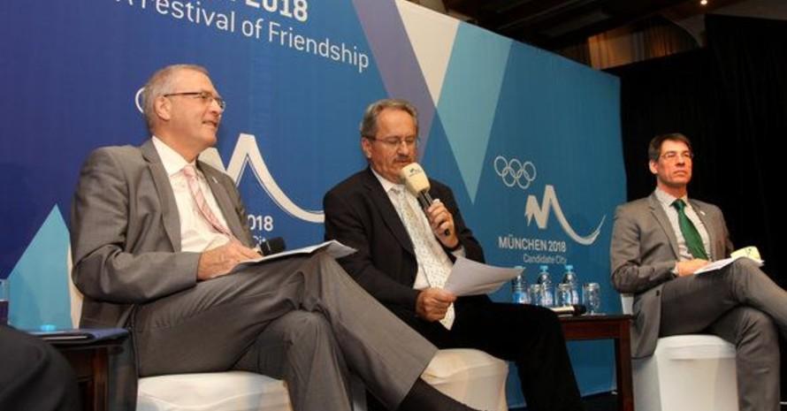 Michael Vesper, Christian Ude und Bernhard Schwank standen den Journalisten in Durban Rede und Antwort. Foto: picture-alliance